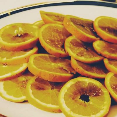 Fatias de laranja com azeite e mel de urze perfumadas com canela