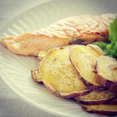 Chips de batata doce perfumados com orégãos e lombo de salmão com mistura de pimentas