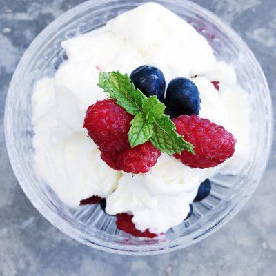 Gelado de iogurte perfumado com limão