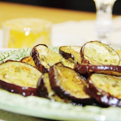Beringela perfumada com orégãos e flor de sal com pão caseiro de alho e foie gras