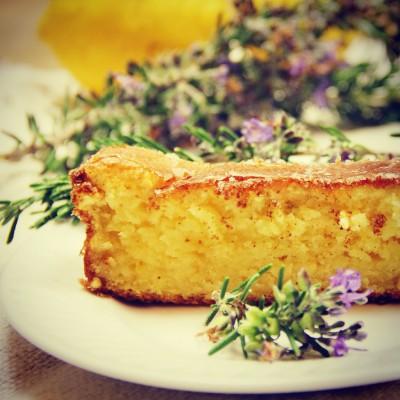 Bolo de limão perfumado com flor de alecrim