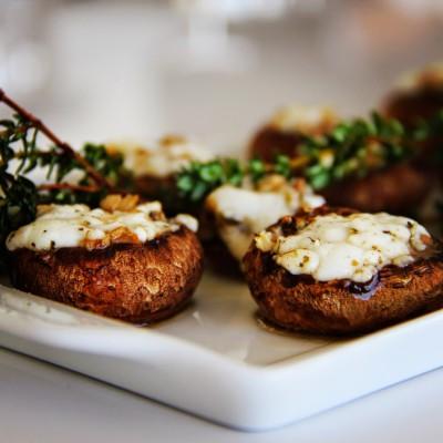 Cogumelos no forno com queijo de cabra perfumados com tomilho