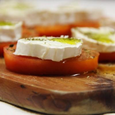 Delícias de tomate com queijo chevrè