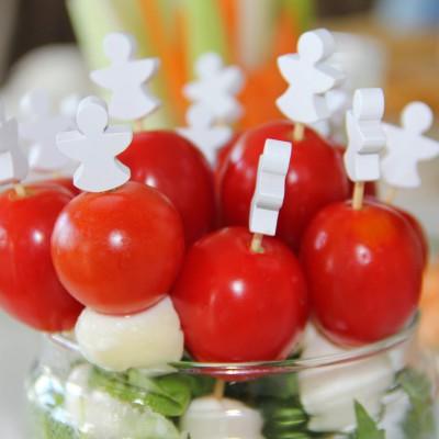 Espetadas de tomate cereja com mozzarella e manjericão fresco