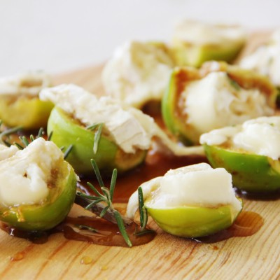 Figos pingo mel grelhados com queijo chèvre e molho de mel com alecrim
