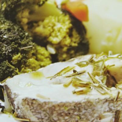Pescada do Chile com legumes ao vapor perfumada com erva príncipe