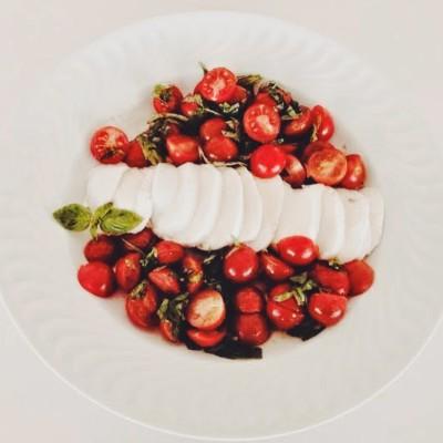 Salada de tomate cereja com manjericão fresco e mozzarela de búfalo