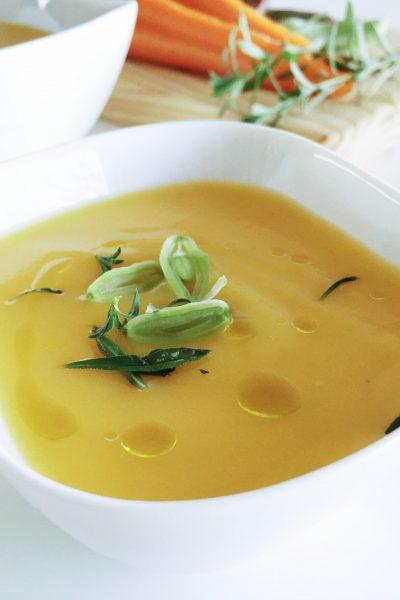 Creme de cenoura com feijão verde e segurelha