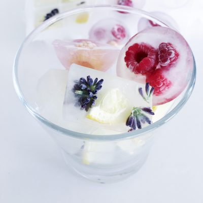 Os cubos de gelo com mais pinta para este verão: um gesto simples que garante o sucesso de qualquer bebida!