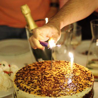 Bolo mousse de maracujá para um aniversário em noite de S. João