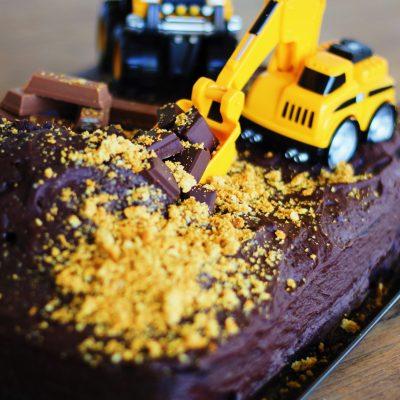 """Parabéns querido FM! 4 anos cheios de desafios! E """"O"""" bolo com """"máquinas"""" que tanto me pediu…"""