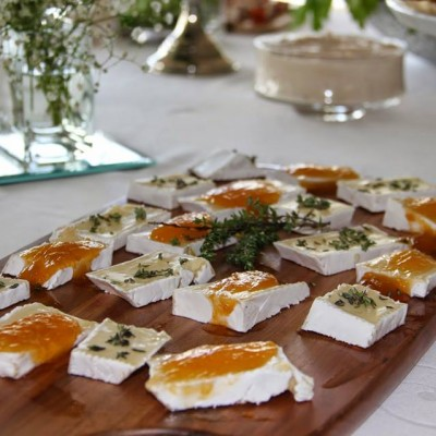 Pedaços de queijo brie com compota de alperce e tomilho limão