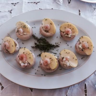 Cogumelos recheados com pasta de abacate
