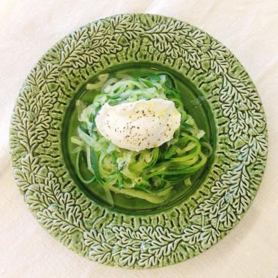 Esparguete de curgete com ovo escalfado