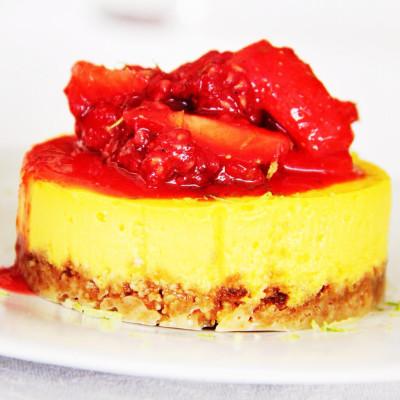 Mini-cheesecake de limão com coulis de frutos vermelhos