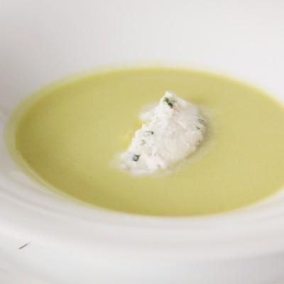 Sopa fria de espargos e ervilhas com creme de salmão fumado