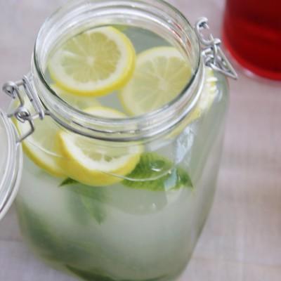 Limonada perfumada com lúcia-lima