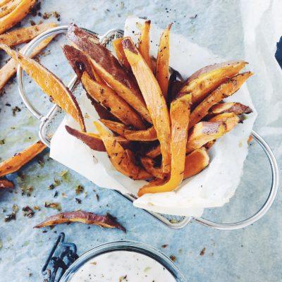 Palitos de batata doce no forno com DIP de iogurte e orégãos