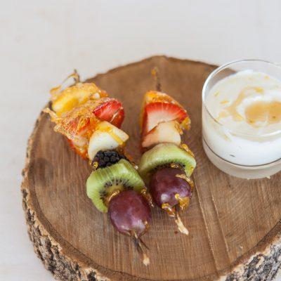 Espetadas de fruta caramelizada com molho de iogurte
