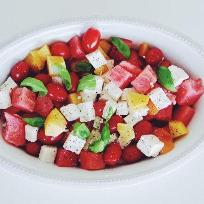 Salada de melancia, pêssego, tomate cereja, queijo fresco e manjericão