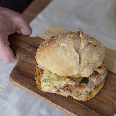 Bifana em pão caseiro com manteiga de pimentas, alho e mostarda Dijon