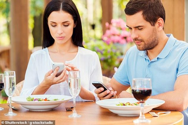À mesa, telemóveis e tablets não!