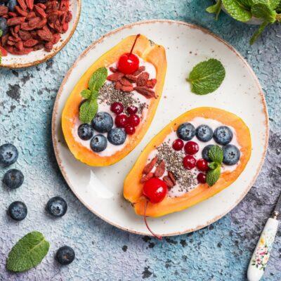 Taças exóticas de papaia com iogurte natural – uma pequena delícia para miúdos e graúdos